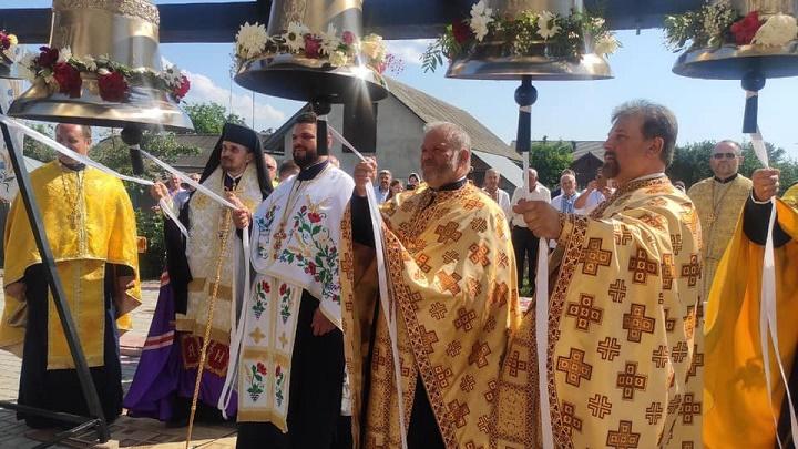церковні дзвони у селі Новоставці