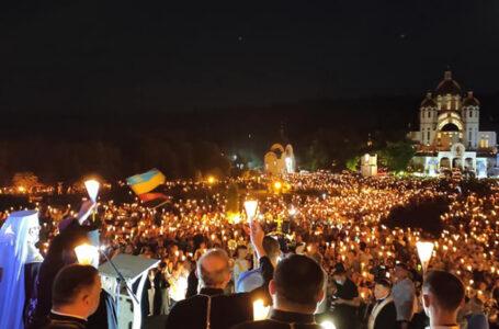 У Зарваниці під час прощі відбувся велелюдний похід зі свічками (ФОТО, ВІДЕО)