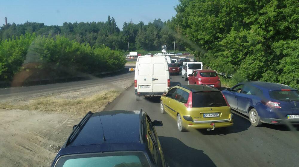 Через ремонт дороги на в'їзді у Тернопіль – кілометрові затори (ФОТО, ВІДЕО)