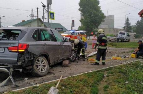 ДТП на Дружбі: водій BMW-Х5 в'їхав в електричну опору (ФОТО)