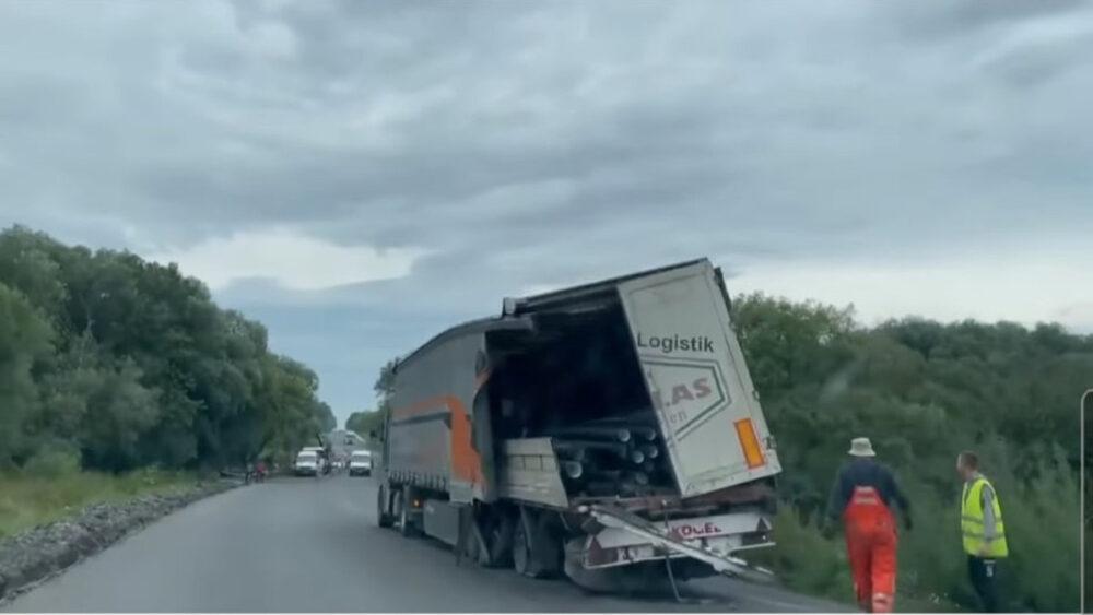 На трасі Тернопіль – Бережани фура знесла з дороги самоскид дорожників