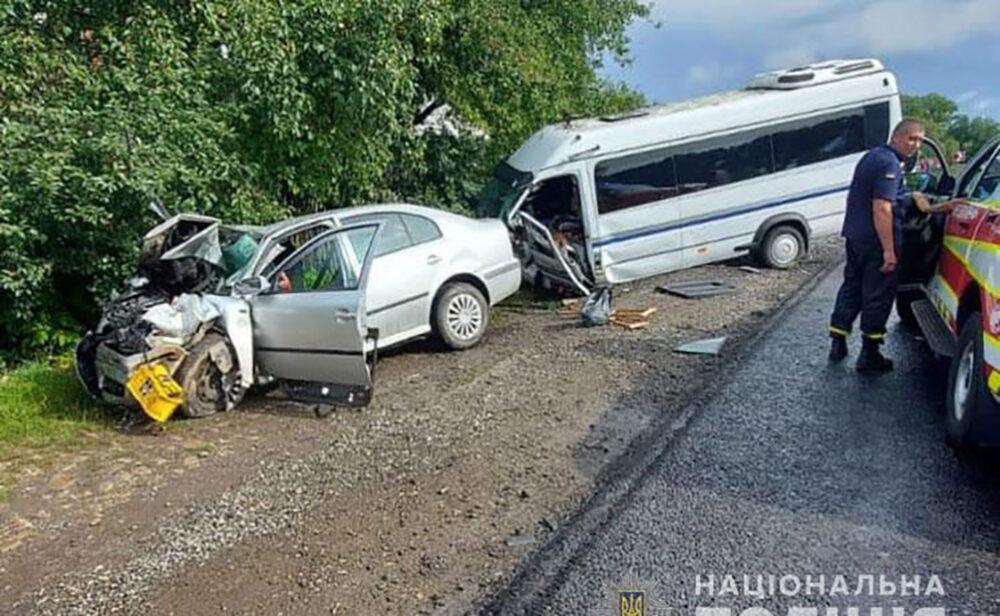 Поблизу Дарахова зіткнулися мікроавтобус і легковий автомобіль. Багато травмованих
