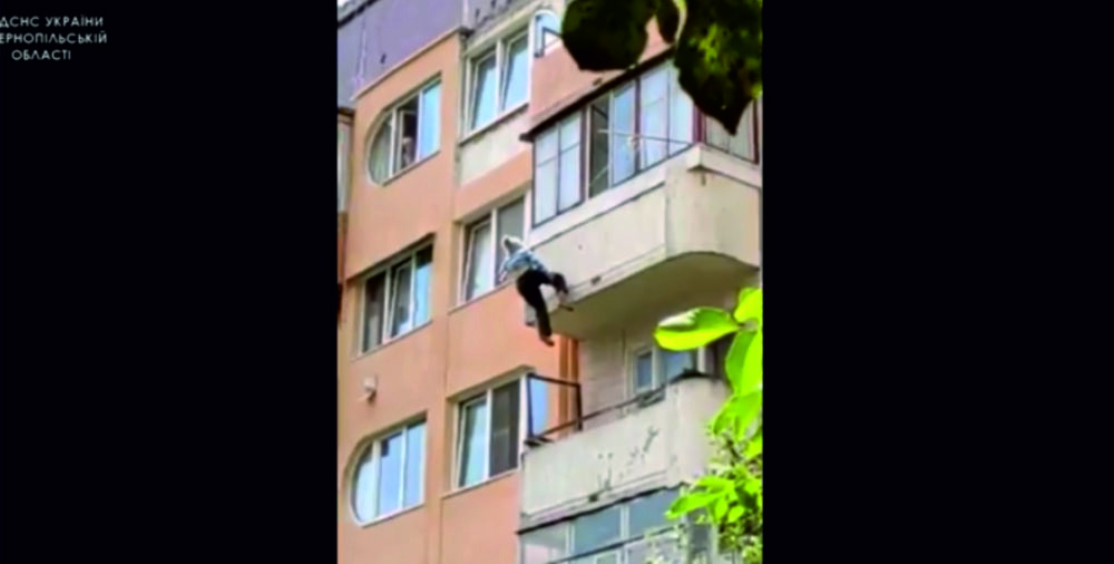У Теребовлі врятували 81-річну жінку, яка випала з балкона п'ятого поверху (ВІДЕО)