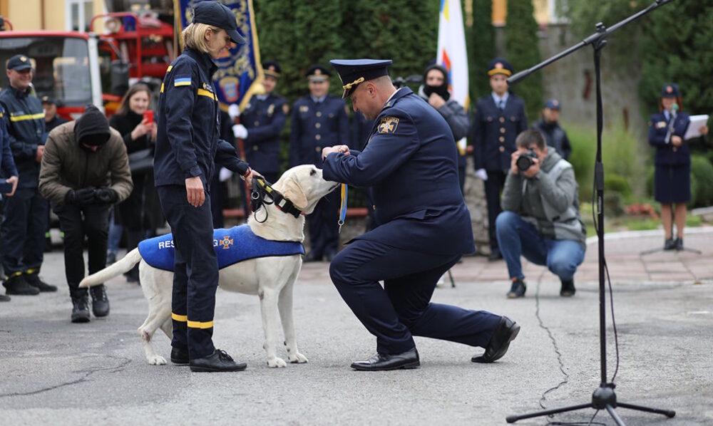 У Тернополі урочисто відправили на пенсію унікального пса, який служив в ДСНС (ФОТО)