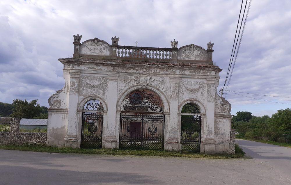 Брама палацу Баворовських