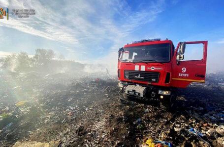 У Бучачі другий день поспіль гасять масштабну пожежу на сміттєзвалищі