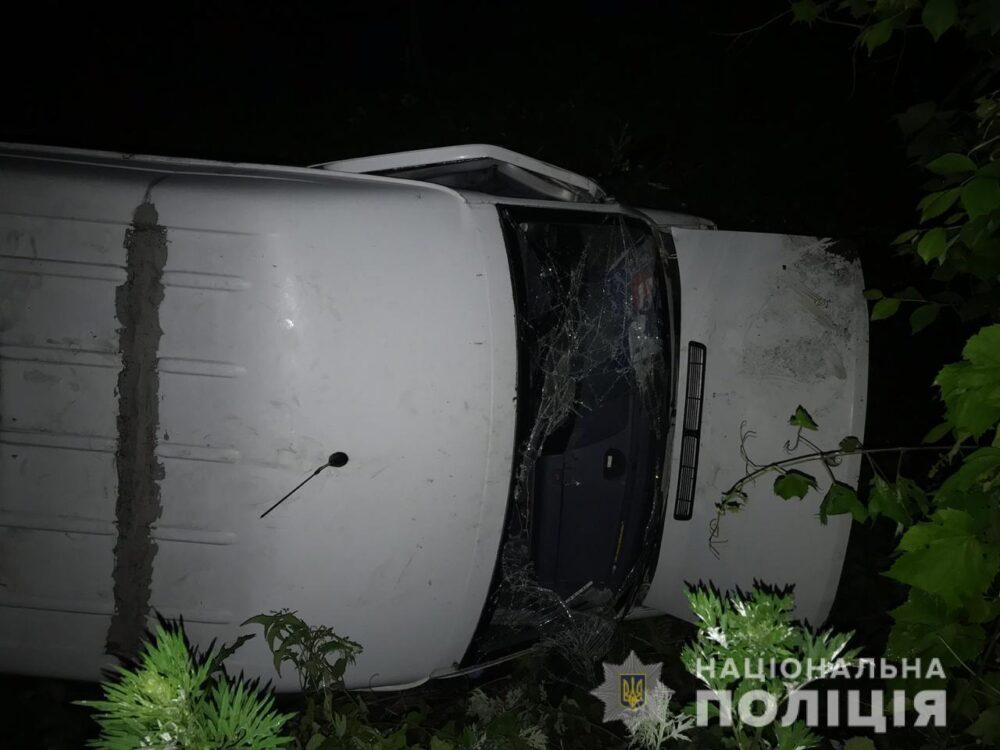 На Теребовлянщині перекинувся мікроавтобус – п'яний водій втікав від поліції