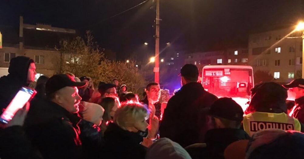 У Кутківцях сотні людей стали на захист водія, якого хотіли оштрафувати за стоячих пасажирів