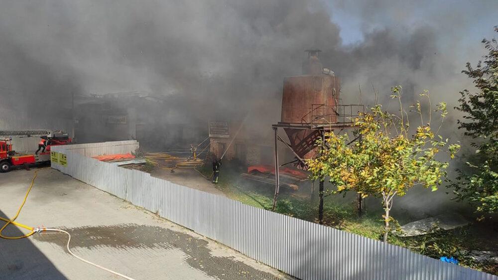 У Тернополі на Микулинецькій масштабна пожежа: горить мансарда столярного цеху (ОНОВЛЕНО)