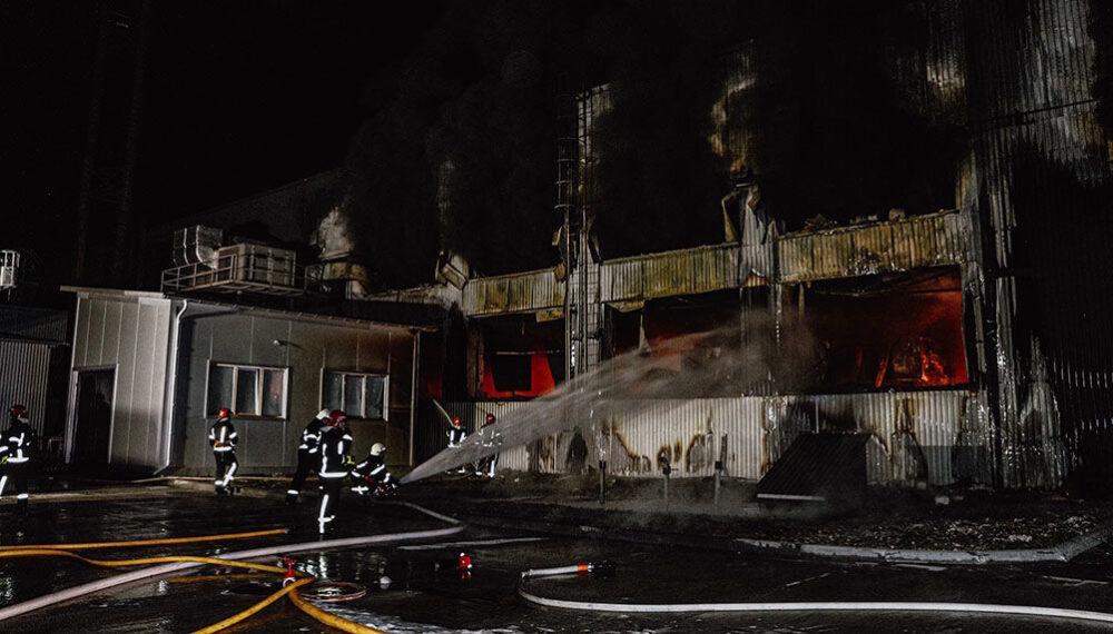 Поблизу Тернополя масштабна пожежа – горить виробнича будівля (ОНОВЛЕНО)
